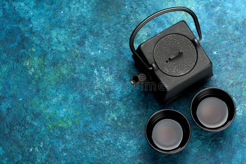 Insieme di tè asiatico del ferro nero nello stile d'annata fotografia stock