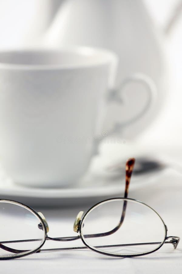 Insieme di tè bianco ed occhiali maschii su fondo bianco fotografia stock libera da diritti