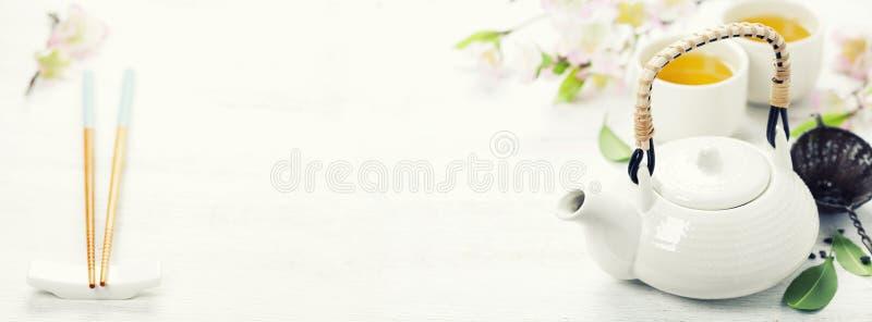 Insieme di tè cinese e fiore di sakura di rosa fotografie stock