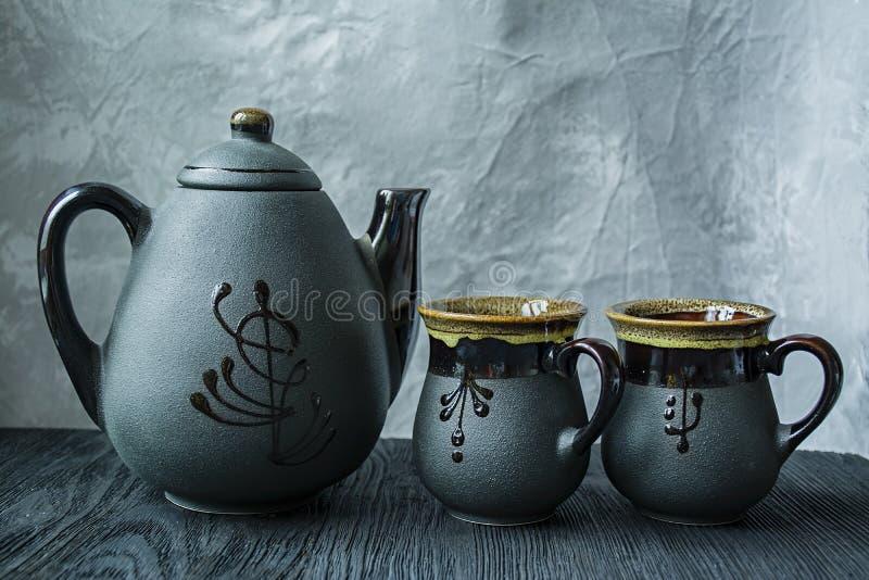 Insieme di t? scuro Stile asiatico Priorit? bassa di legno scura immagine stock