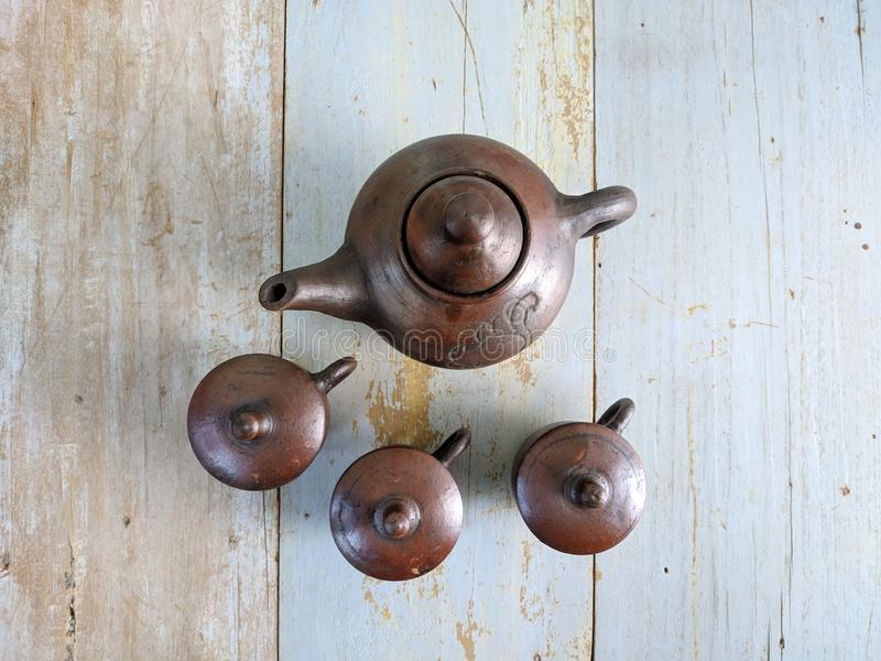 Insieme di tè tradizionale fatto da argilla, dal bollitore delle terraglie e dalle tazze ceramiche del vaso fotografie stock libere da diritti