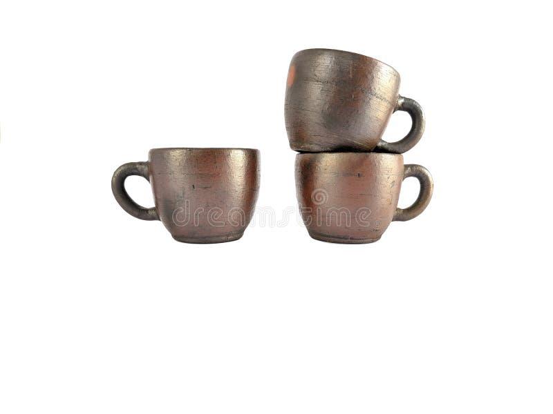Insieme di tè tradizionale fatto da argilla, tazze delle terraglie isolate su fondo bianco fotografie stock
