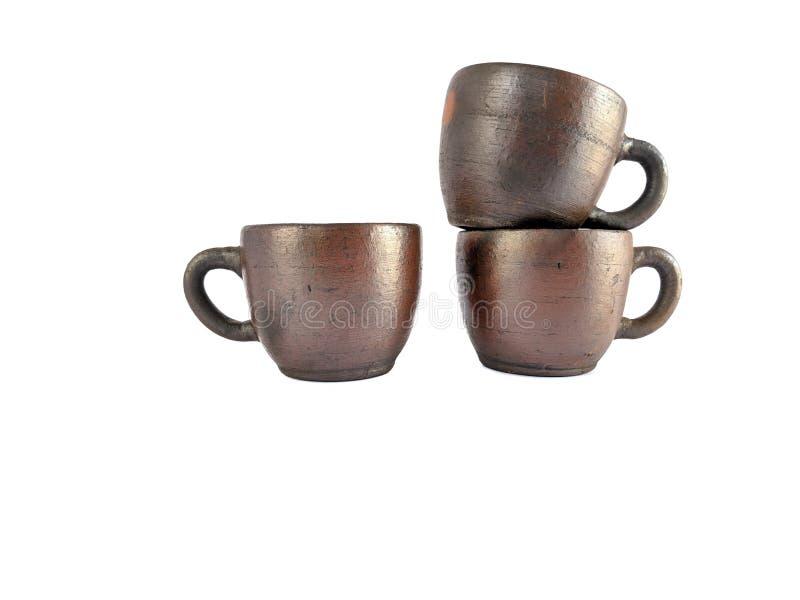 Insieme di tè tradizionale fatto da argilla, tazze delle terraglie isolate su fondo bianco immagini stock