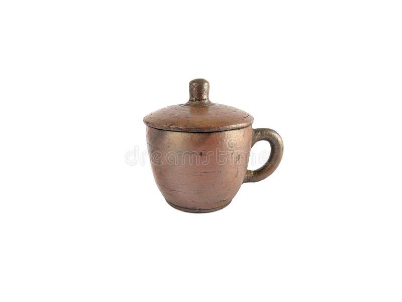 Insieme di tè tradizionale fatto da argilla, tazze delle terraglie isolate su fondo bianco immagine stock