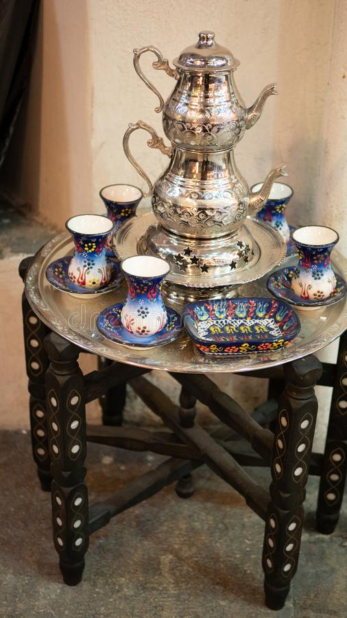 Insieme di tè turco tradizionale sul piccolo tavolino da salotto fotografie stock