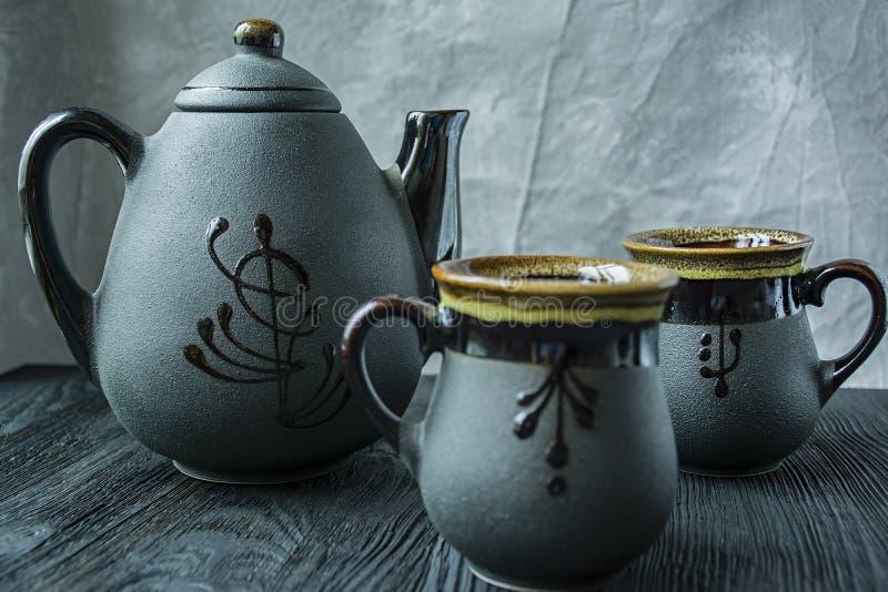 Insieme di t? scuro Stile asiatico Priorit? bassa di legno scura fotografia stock libera da diritti