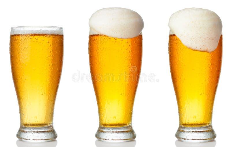 Insieme di un vetro di birra leggera fredda fotografie stock