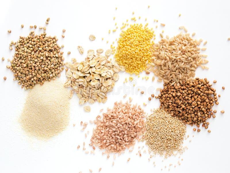 Insieme di vari grani e dei cereali del mucchio isolati fotografie stock