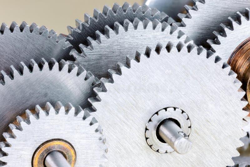 Insieme di vari ingranaggi d'acciaio per macchinario industriale fotografia stock