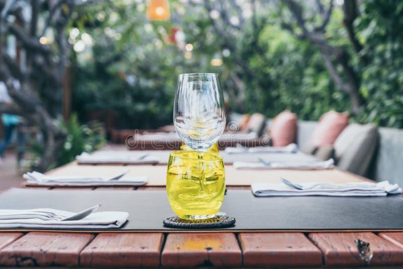 insieme di vetro sulla tavola dinning immagini stock libere da diritti