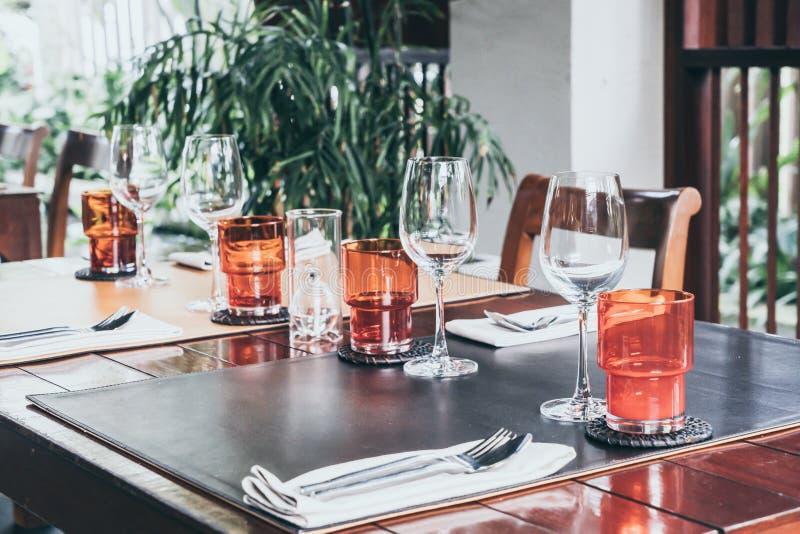 insieme di vetro sulla tavola dinning fotografia stock