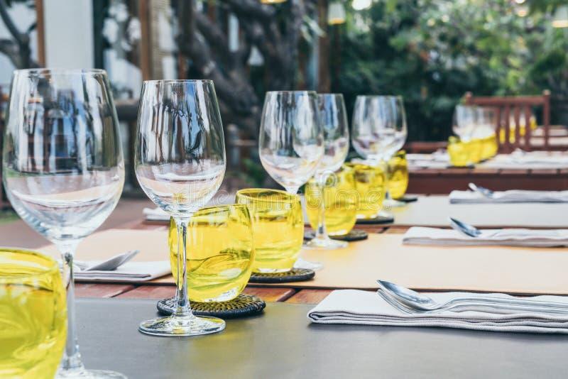 insieme di vetro sulla tavola dinning fotografia stock libera da diritti