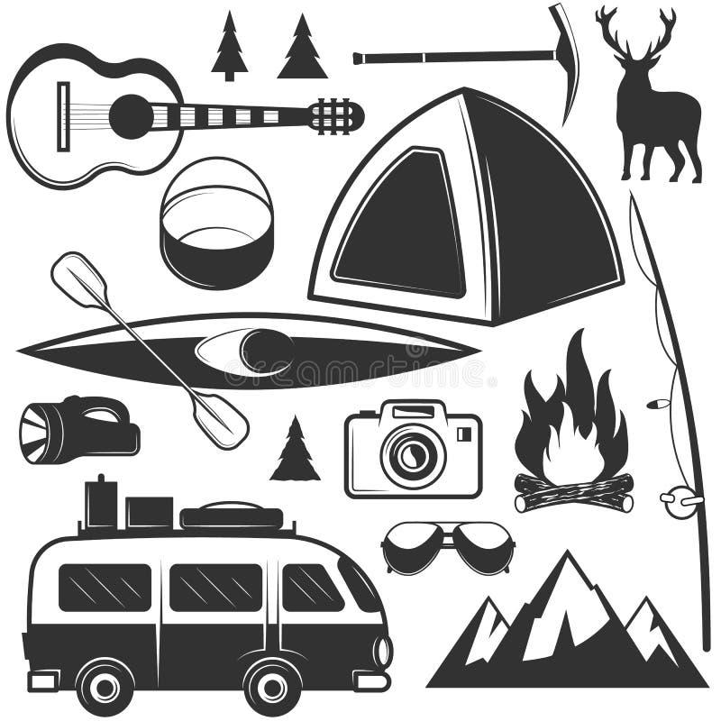 Insieme di vettore degli oggetti di campeggio isolati su fondo bianco Icone ed emblemi di viaggio Etichette all'aperto di avventu royalty illustrazione gratis