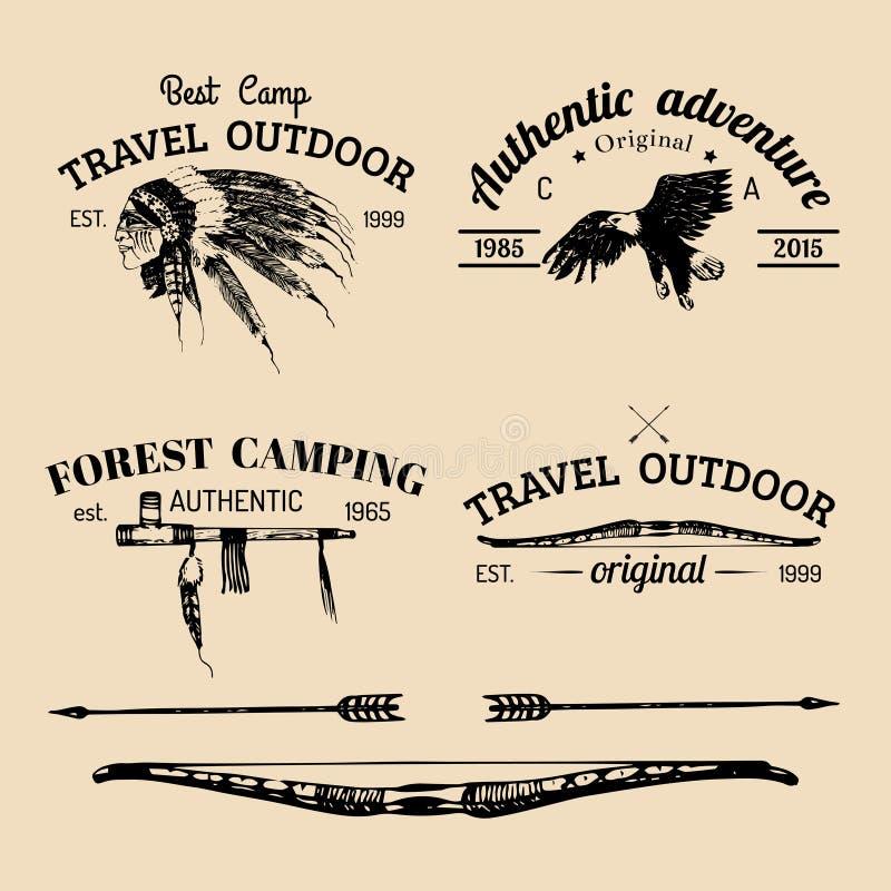 Insieme di vettore del logo di campeggio d'annata Retro raccolta delle icone delle avventure all'aperto con gli elementi tribali  illustrazione vettoriale