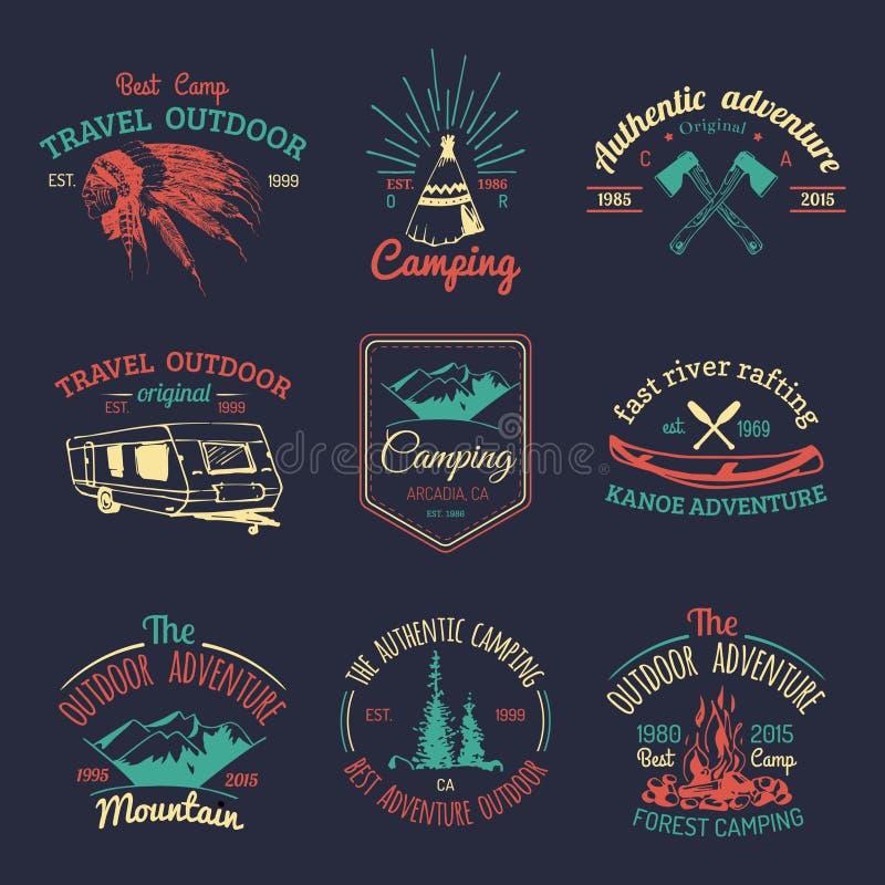 Insieme di vettore del logos di campeggio Emblemi o distintivi di turismo Firma la raccolta delle avventure all'aperto con gli el illustrazione vettoriale