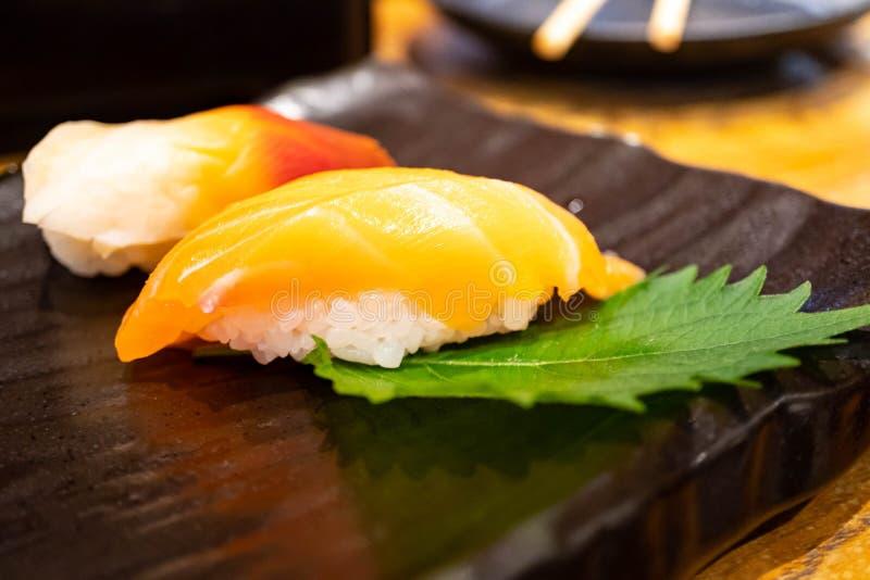 Insieme fresco dei sushi di calma della spuma e del salmone, alimento giapponese fotografia stock libera da diritti