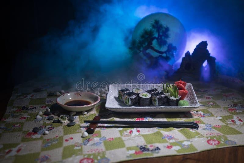 Insieme giapponese dei sushi con pronto da servire Bella decorazione orientale della tavola di stile con i sushi immagini stock