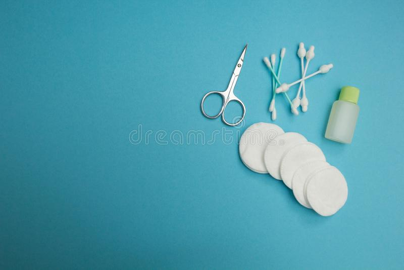Insieme igienico su un fondo blu, concetto fotografia stock libera da diritti
