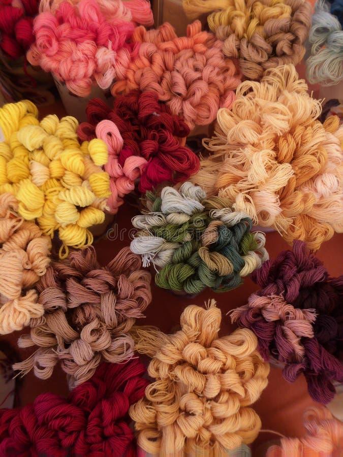 Insieme lana di vari colori fotografie stock libere da diritti