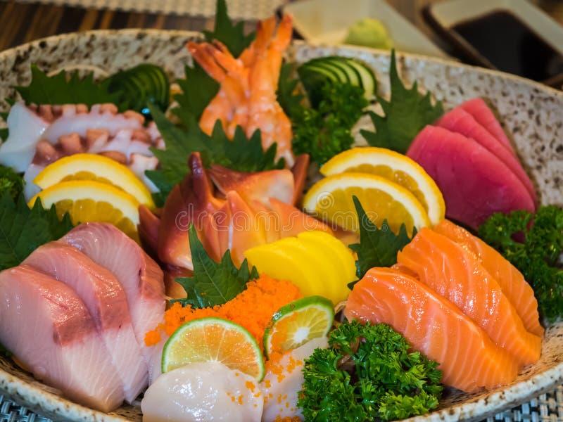 Insieme misto dell'insalata del sashimi fotografia stock
