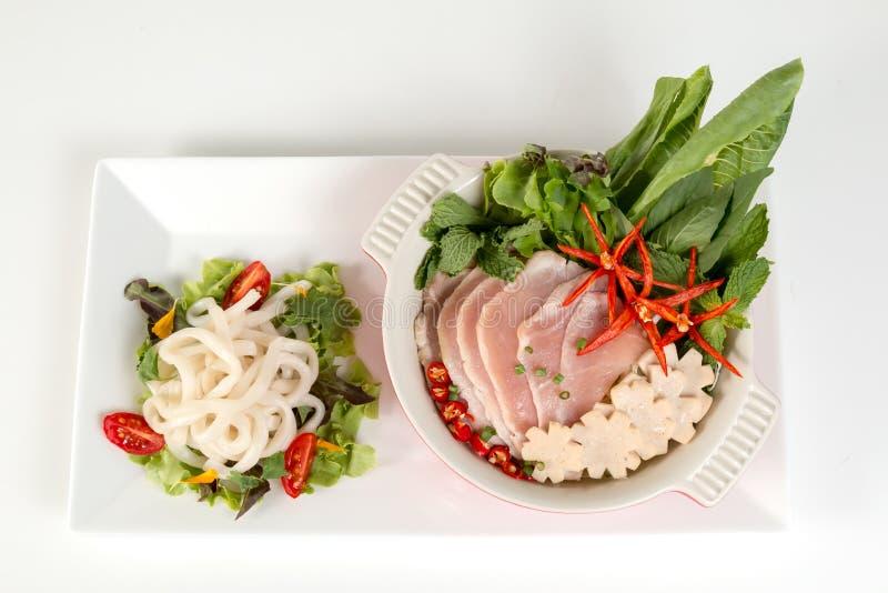 Insieme sano vietnamita dell'alimento; PHO come tagliatelle bianche con la minestra affettata della carne di maiale su fondo bian fotografia stock