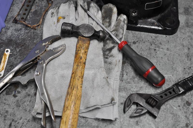 Insieme sporco degli attrezzi per bricolage sulla tavola, strumenti assortiti del lavoro sulla tavola immagini stock libere da diritti