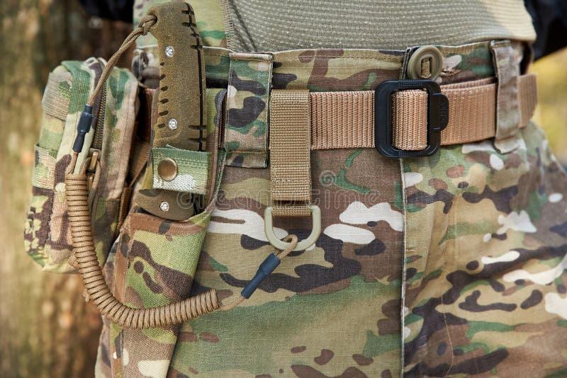 Insieme sulla cinghia del soldato - coltello militare, guaina, carabina dell'esercito fotografia stock