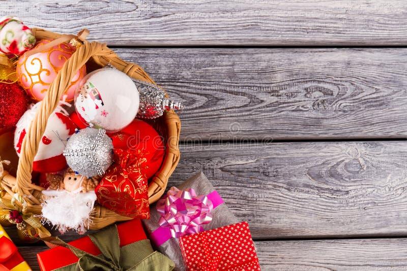 Insieme variopinto delle decorazioni e dei regali di Natale immagine stock
