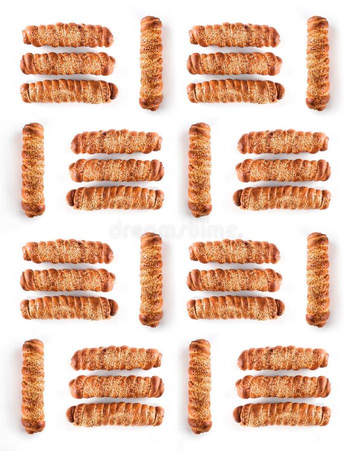 Insiemi della salsiccia dorata deliziosa nella pasta con i semi di sesamo isolati su fondo bianco fotografia stock