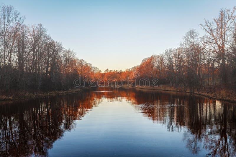 Insiemi di The Sun sopra il fiume fotografia stock libera da diritti