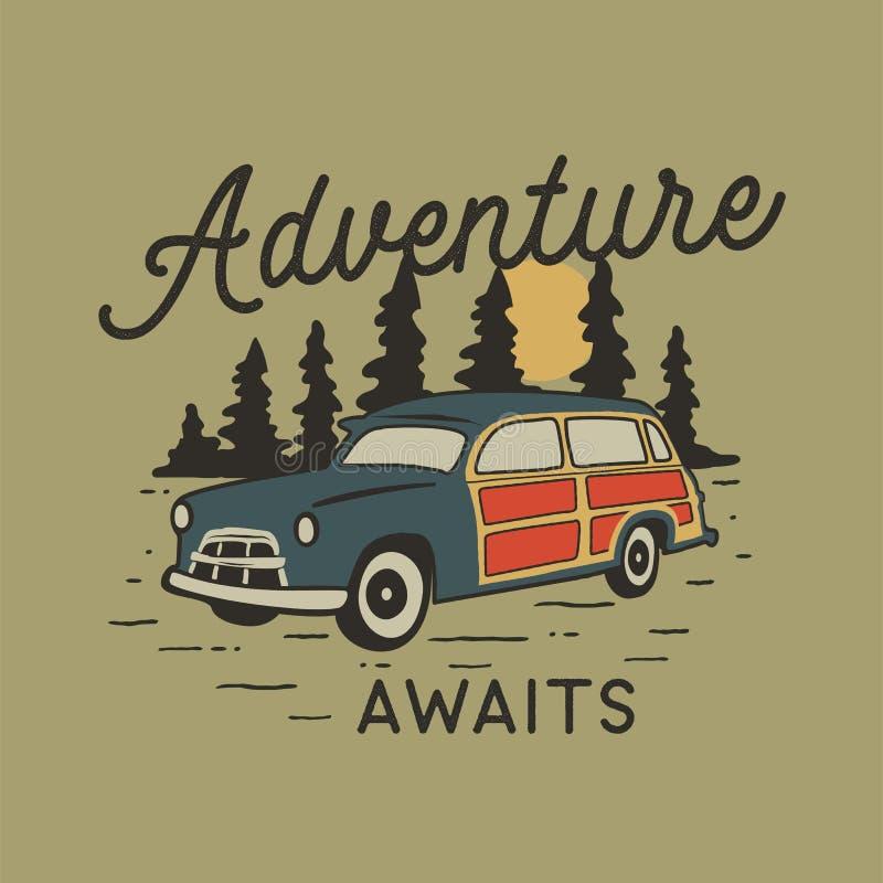 Insigne tiré par la main de voyage de cru avec la voiture de camp, la forêt de pins et la citation - l'aventure attend Aventure d illustration de vecteur