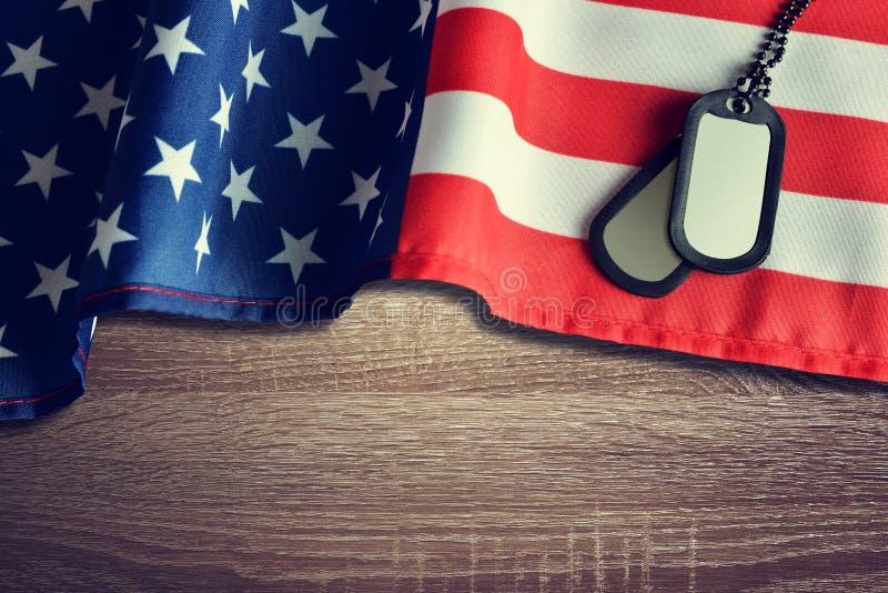 Insignes de drapeau américain et de soldats sur le fond en bois image libre de droits