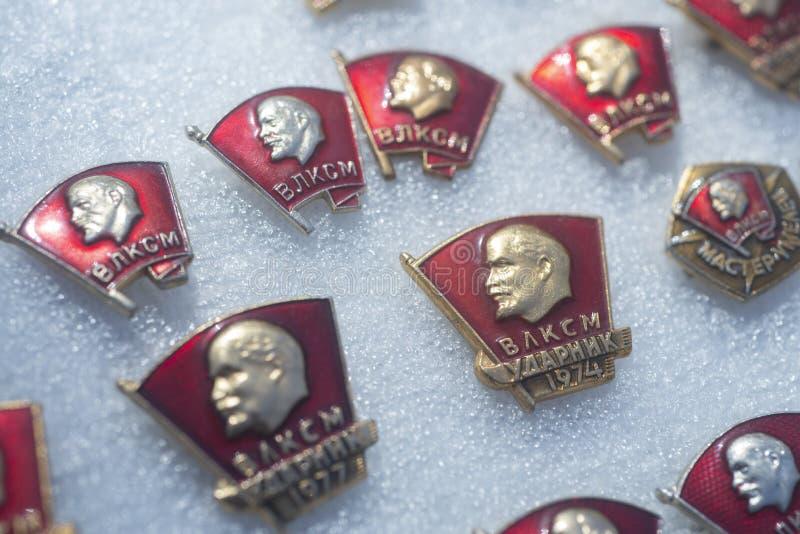 Insignes de Komsomol de Soviétique sur le marché en plein air images libres de droits