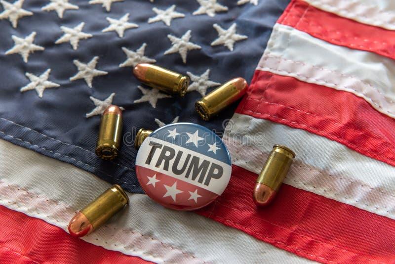 Insignia de campaña de las barras y estrellas del triunfo 2020 con las balas contra la bandera de Estados Unidos libre illustration