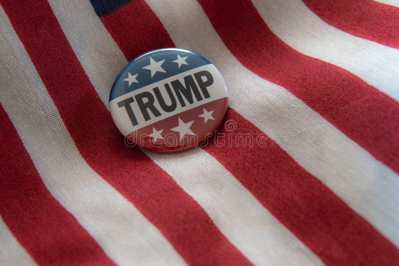 Insignia de campaña de las barras y estrellas del triunfo 2020 con las balas contra la bandera de Estados Unidos ilustración del vector