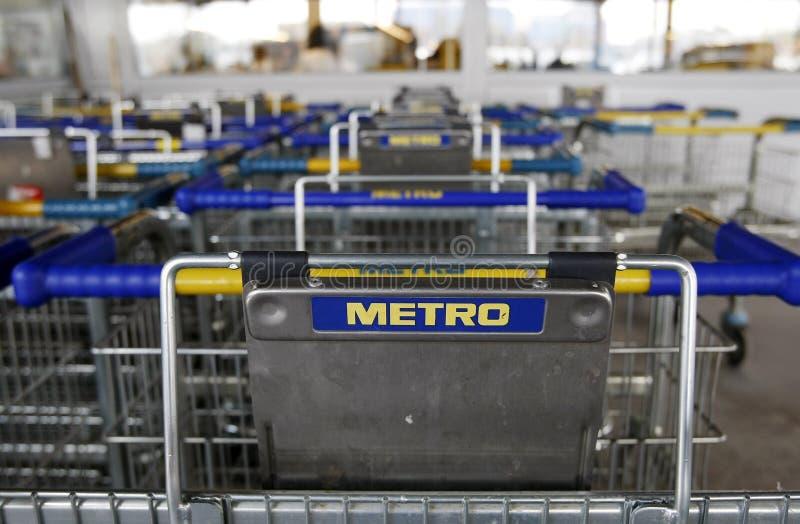 Insignia del supermercado de Cash&Carry del metro en los carros fotografía de archivo