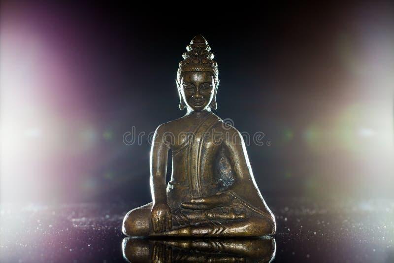 insikt Den traditionella buddha statyetten i meditation poserar fotografering för bildbyråer