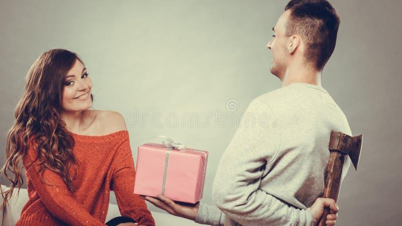 Insincire mężczyzna mienia cioska daje prezenta pudełku kobieta zdjęcia royalty free