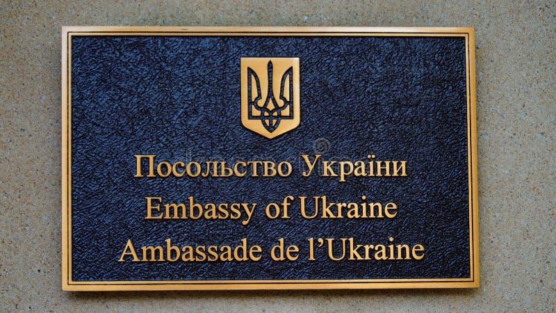 Inskrift ambassaden av Ukraina som är skriftlig i olika språk royaltyfria foton