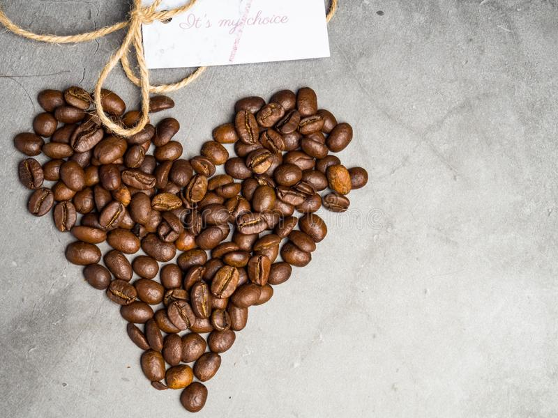Inskrift det  ?s mitt val med hj?rtasymbolet som g?ras av grillade kaffeb?nor fotografering för bildbyråer