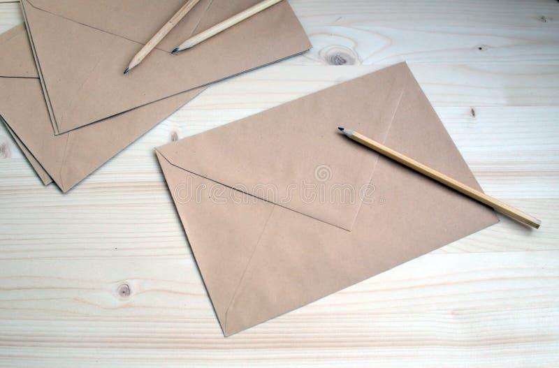 Inskrift för kreativitet för arbete för studie för Kraft bruntkuvert arkivfoto