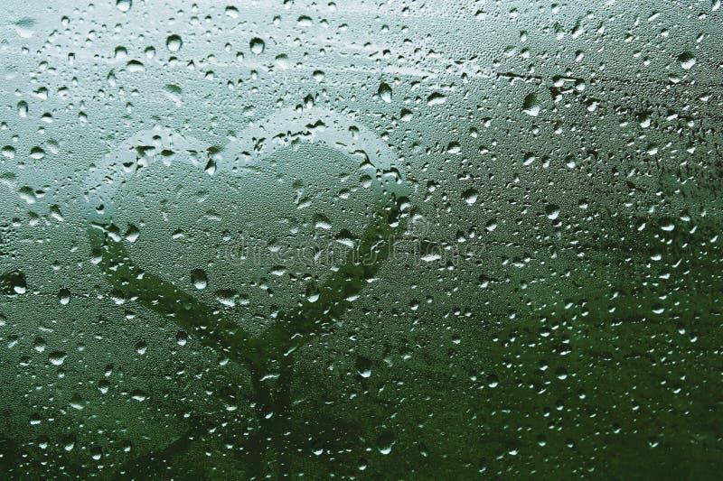 Inskrift för närbildsommarregn på svettigt exponeringsglas Symbol av hjärta och förälskelse på grön suddig bakgrund arkivbilder