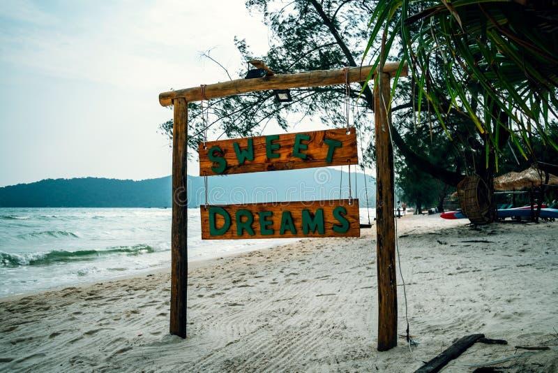 inskrift för söta drömmar på ett träbräde namnet av hotellet och stranden på en tropisk ö Koh Rong Samloem som är saracensk arkivfoto