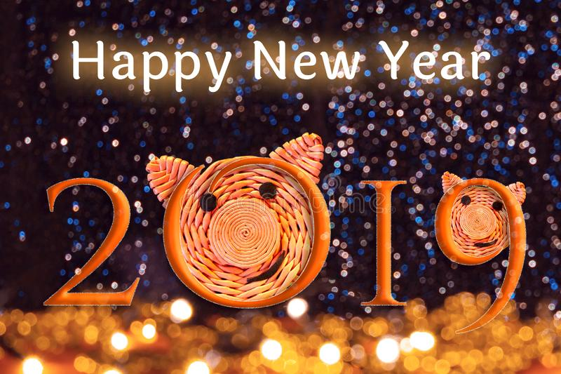 Inskrift 2019 med framsidorna av svin, symbolet av 2019 på det kinesiska horoskopet och lyckligt nytt år för text mot det härligt arkivbild