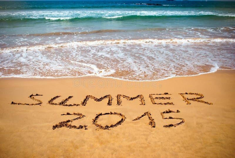Inskrift på våt sandsommar 2015 Begreppsfoto av sommarsemestern arkivfoto