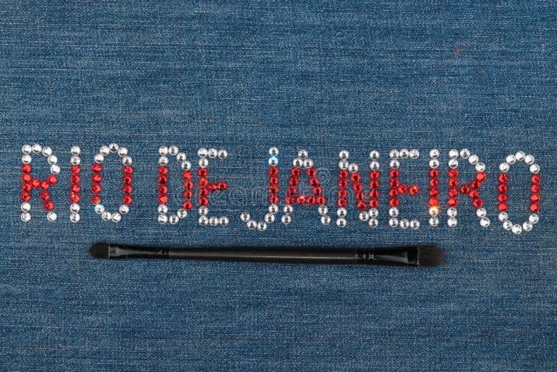 Inskrift Rio de Janeiro, inlagda bergkristaller p? grov bomullstvill Top besk?dar arkivbild