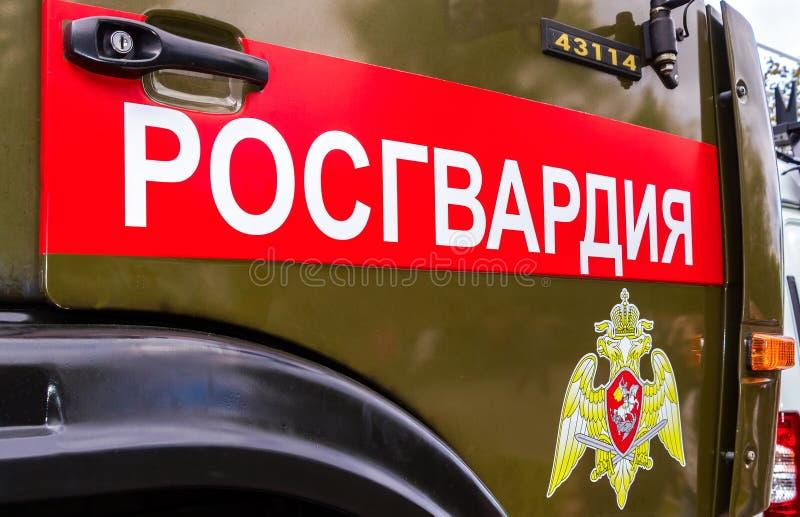 Inskrift`-Rosgvardia ` och emblem av soldaterna av den från den ryska federationen nationella vakten royaltyfri foto