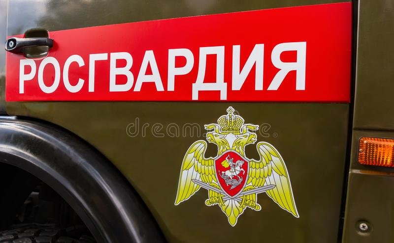 Inskrift`-Rosgvardia ` och emblem av soldaterna av den från den ryska federationen nationella vakten royaltyfria bilder