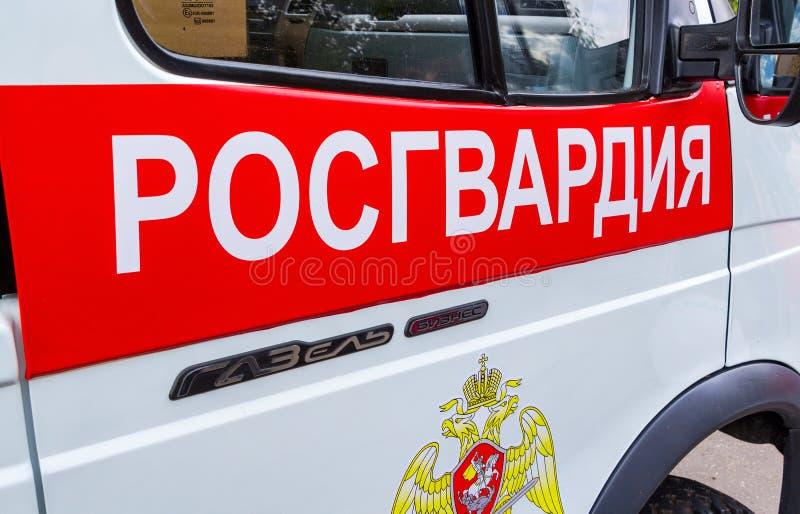 Inskrift`-Rosgvardia ` och emblem av soldaterna av den nationella vakten av den ryska Federatioen royaltyfri fotografi