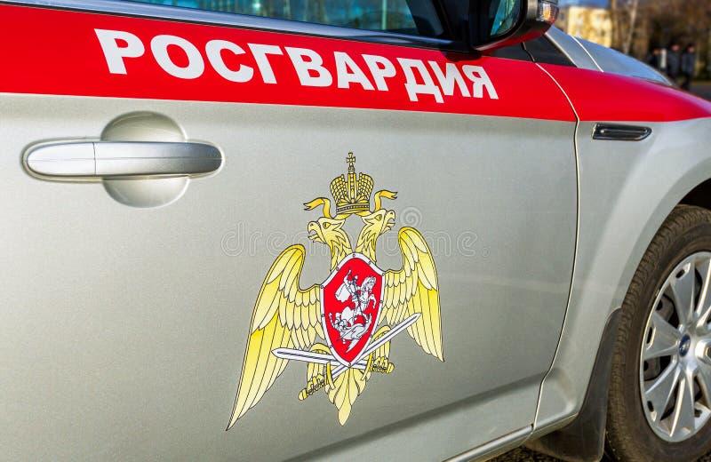 Inskrift Rosgvardia och emblem av soldaterna av den nationella vakten som är från den ryska federationen på brädet av bilen arkivbild